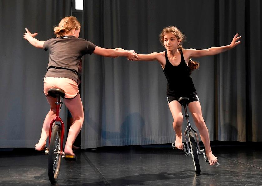 Kinder beim Einrad fahren
