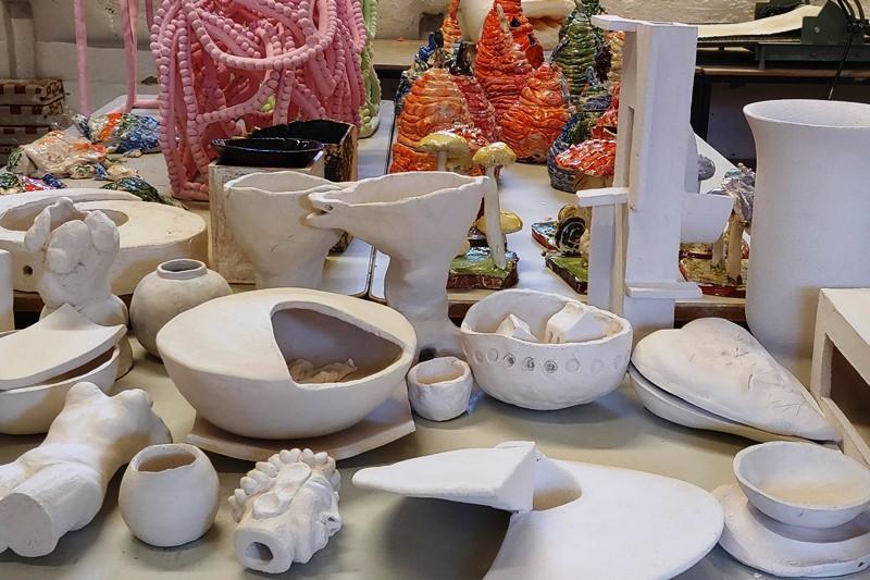 Tisch mit Keramikobjekten